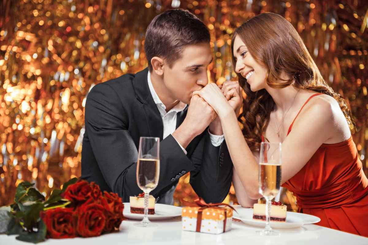 coppia innamorata a cena a san valentino