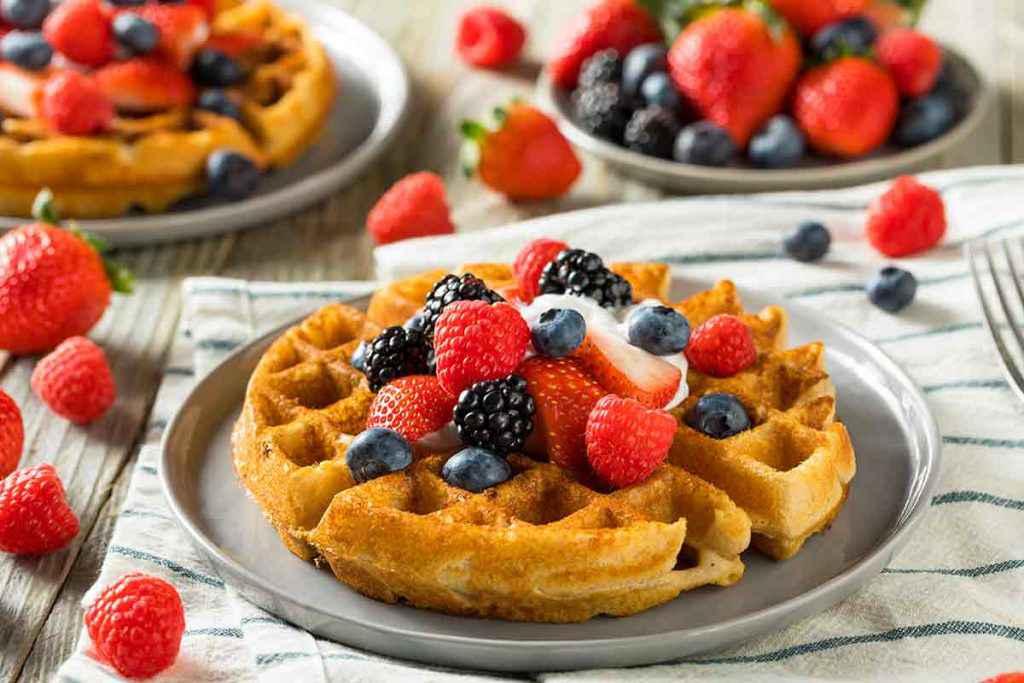 Waffle classici con frutta fresca