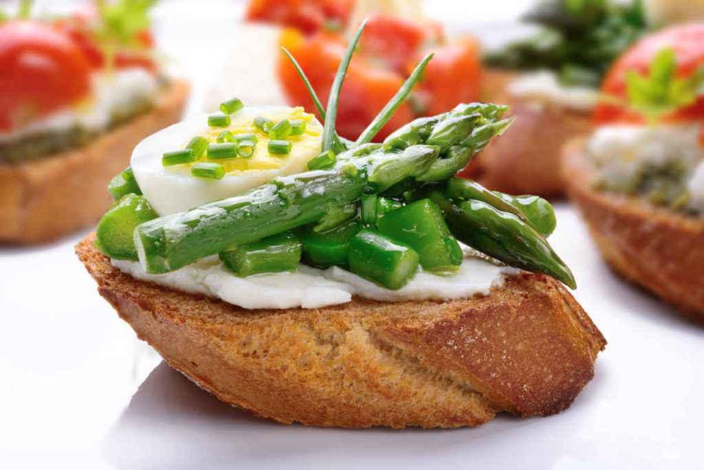uova di quaglia sode e asparagi in bruschetta per antipasti