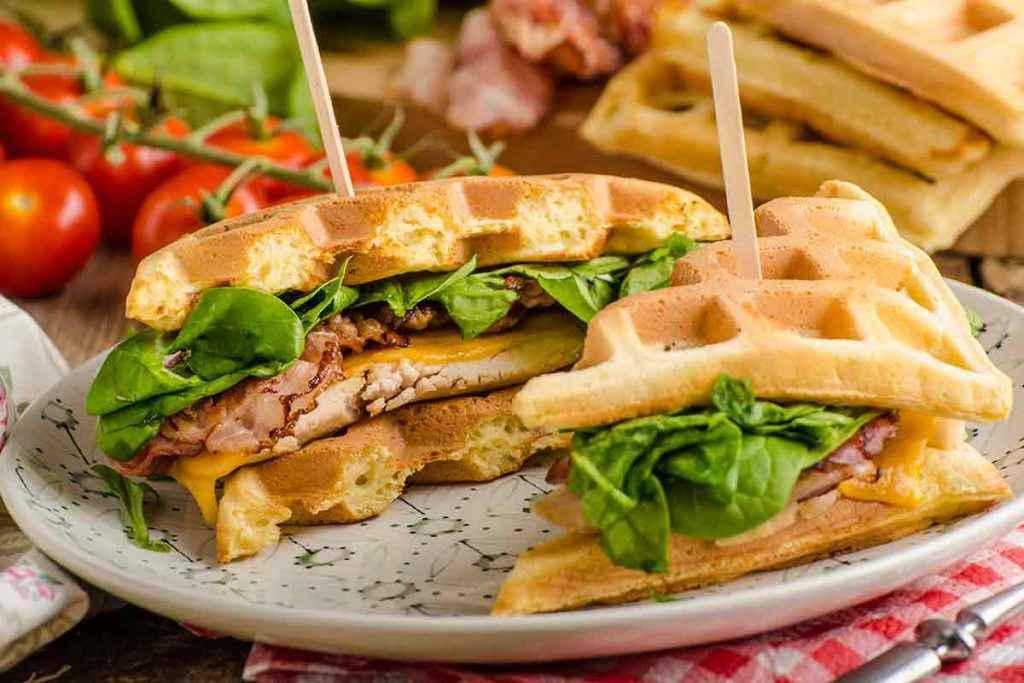 Waffle salati con carne e insalata