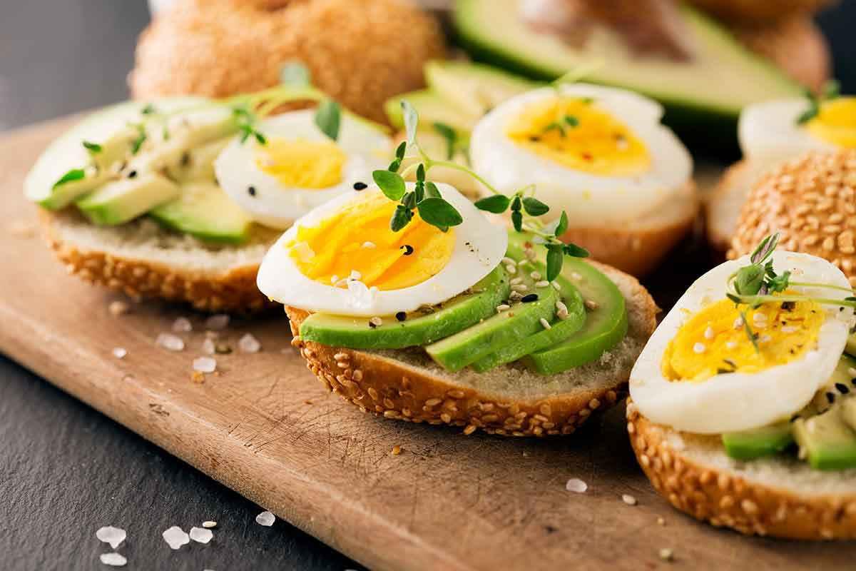 Crostini di pane con uova sode e avocado