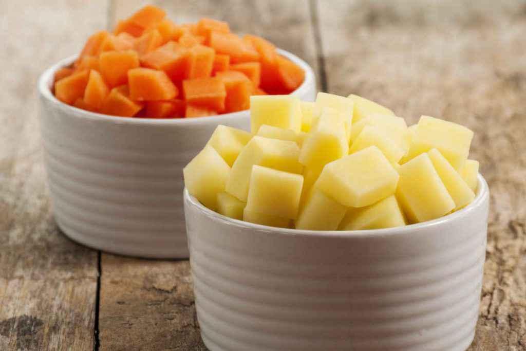 come tagliare verdure taglio macedonia carote e patate a dadi