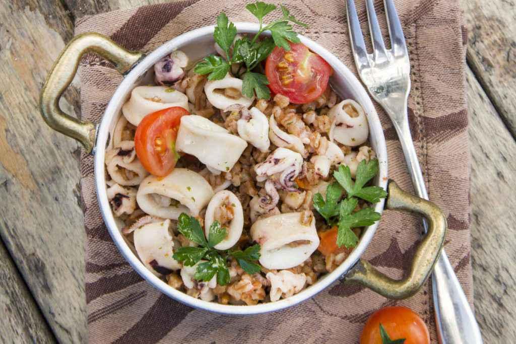 insalata di farro orzo e frutti di mare