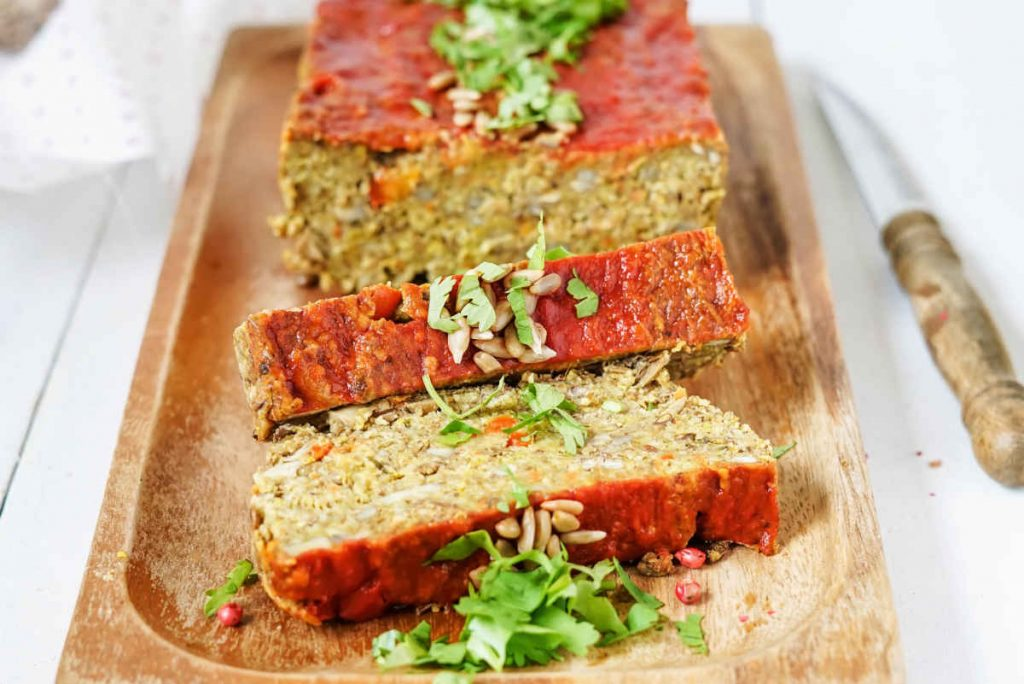 tagliere con polpettone di quinoa a fette