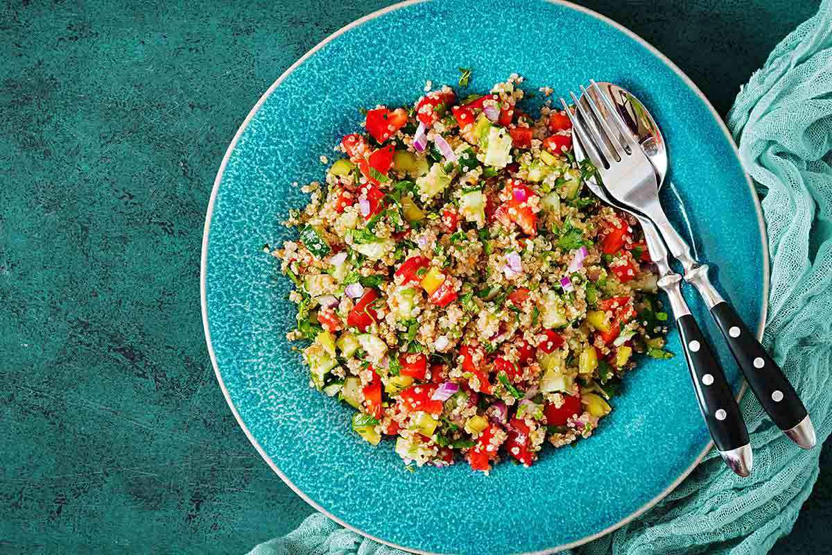 Piatto turchese con quinoa e verdure: melanzane, zucchine, peperoni e patate