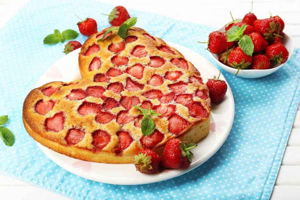 Torta morbida alle fragole a forma di cuore