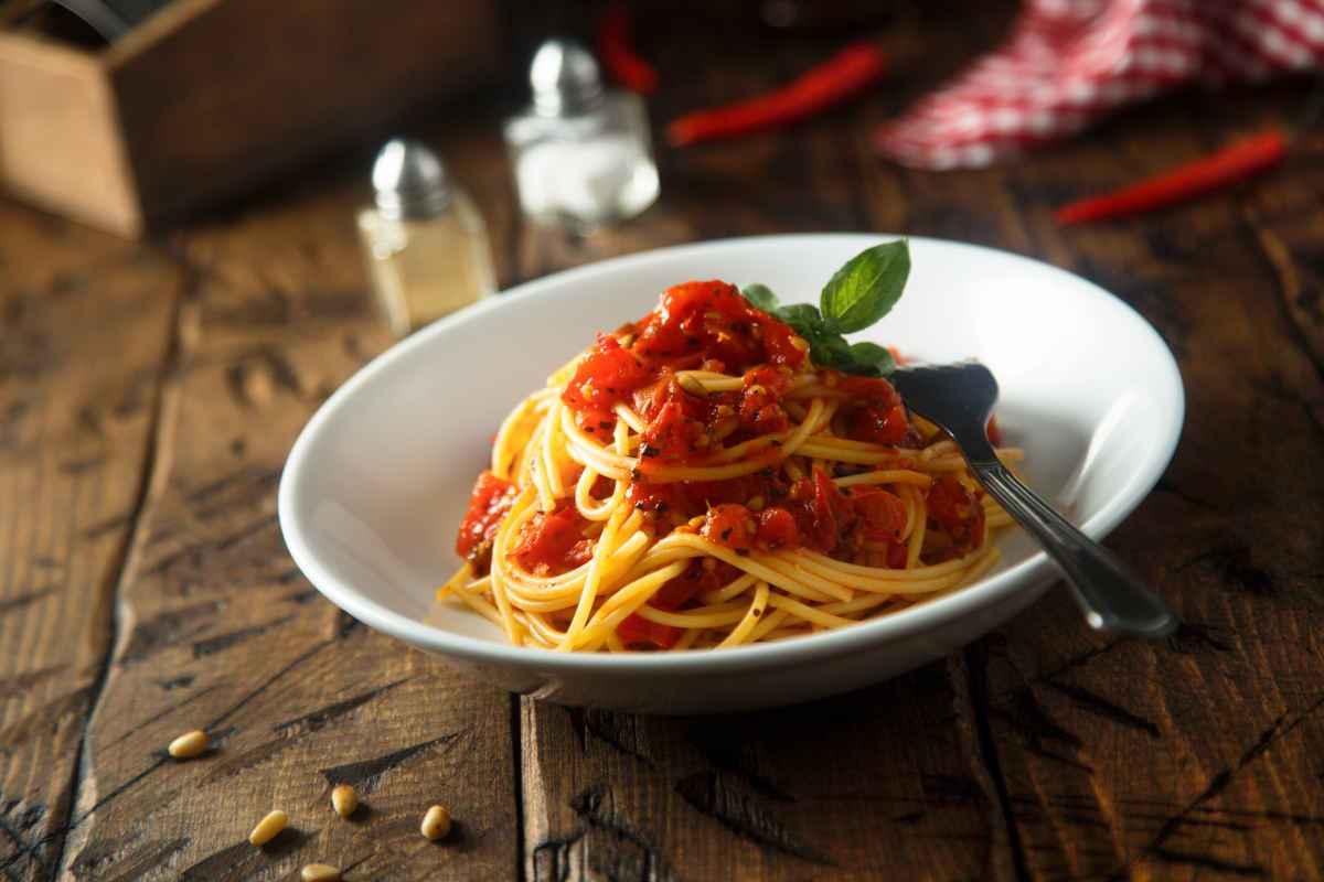 Spaghetti con pinoli e pomodori