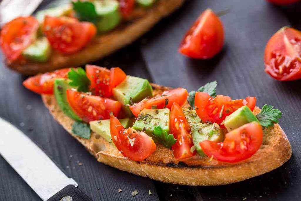 bruschetta avocado e pomodori