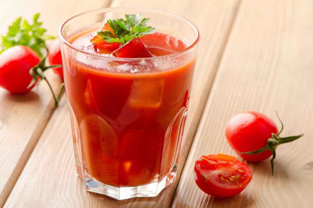 aperitivo con cocktail analcolico al pomodoro