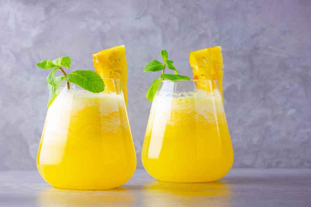bicchieri pieni di cocktail analcolico ananas e menta