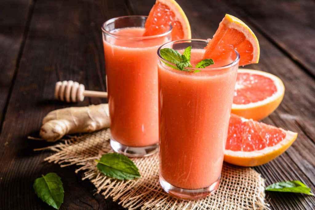 bicchieri con cocktail analcolico pompelmo e zenzero