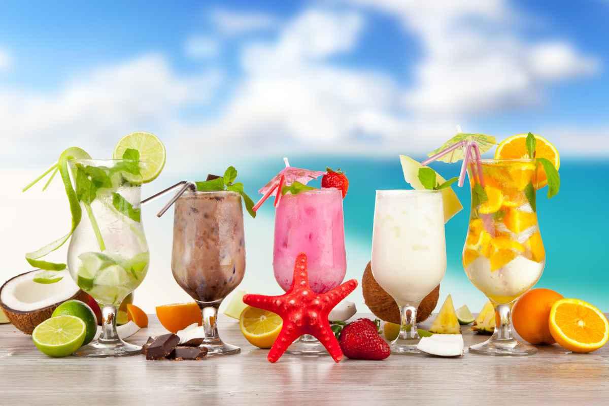 vari tipi di cocktail estivi alcolici e analcolici in bicchieri dalle forme diverse