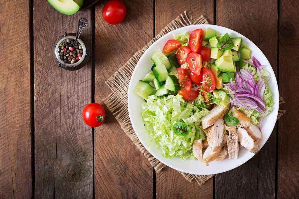 insalata di pollo avocado e verdure