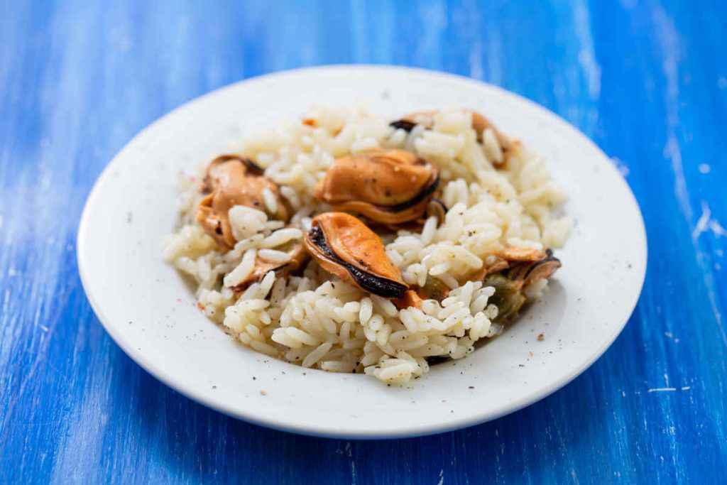 piatto di insalata di riso con cozze