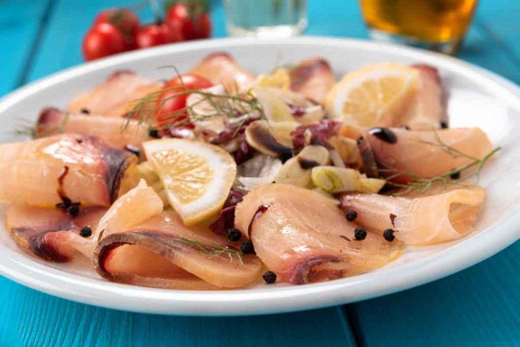 piatto con carpaccio di pesce spada al limone e pepe nero