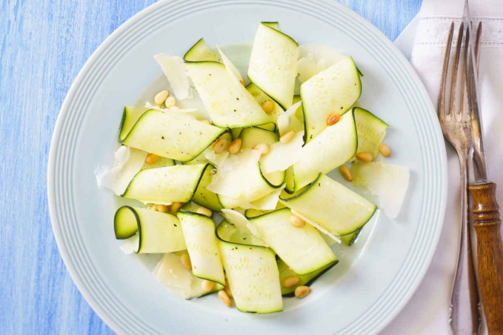 carpaccio di zucchine sottili in piatto bianco per antipasti senza cottura