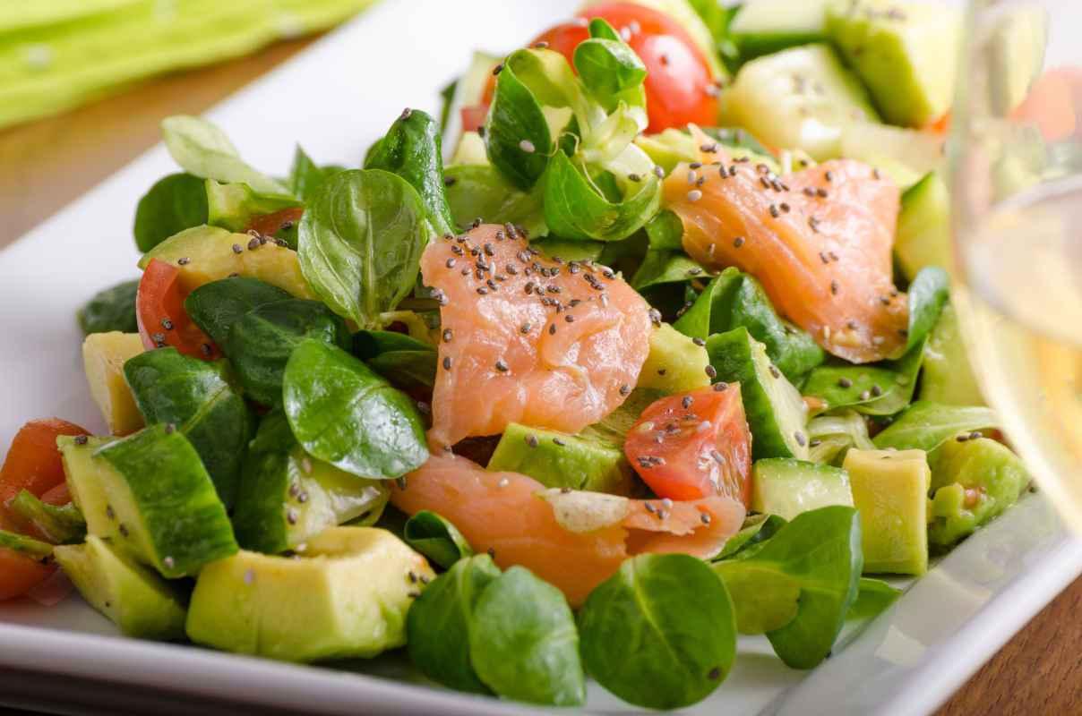 insalata di avocado e salmone da mangiare a pranzo come piatto unico