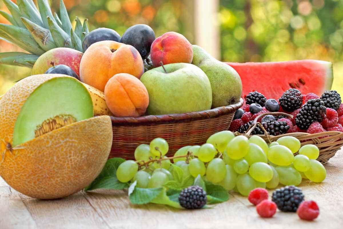 cesto con frutta e verdure di agosto