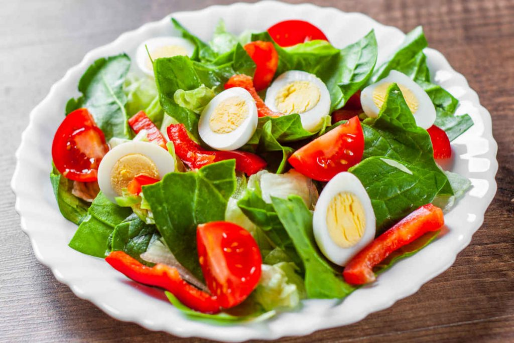 insalata sfiziosa con pomodori e uova sode, ricette estive vegetariane