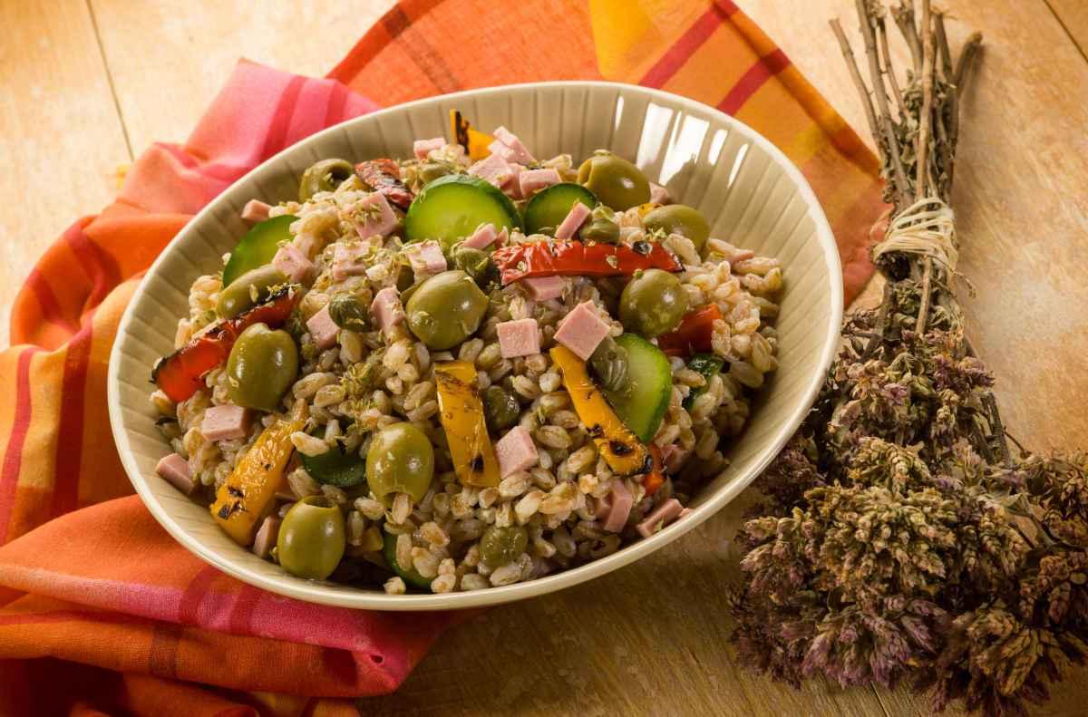 insalata di farro zucchine peperoni e prosciutto