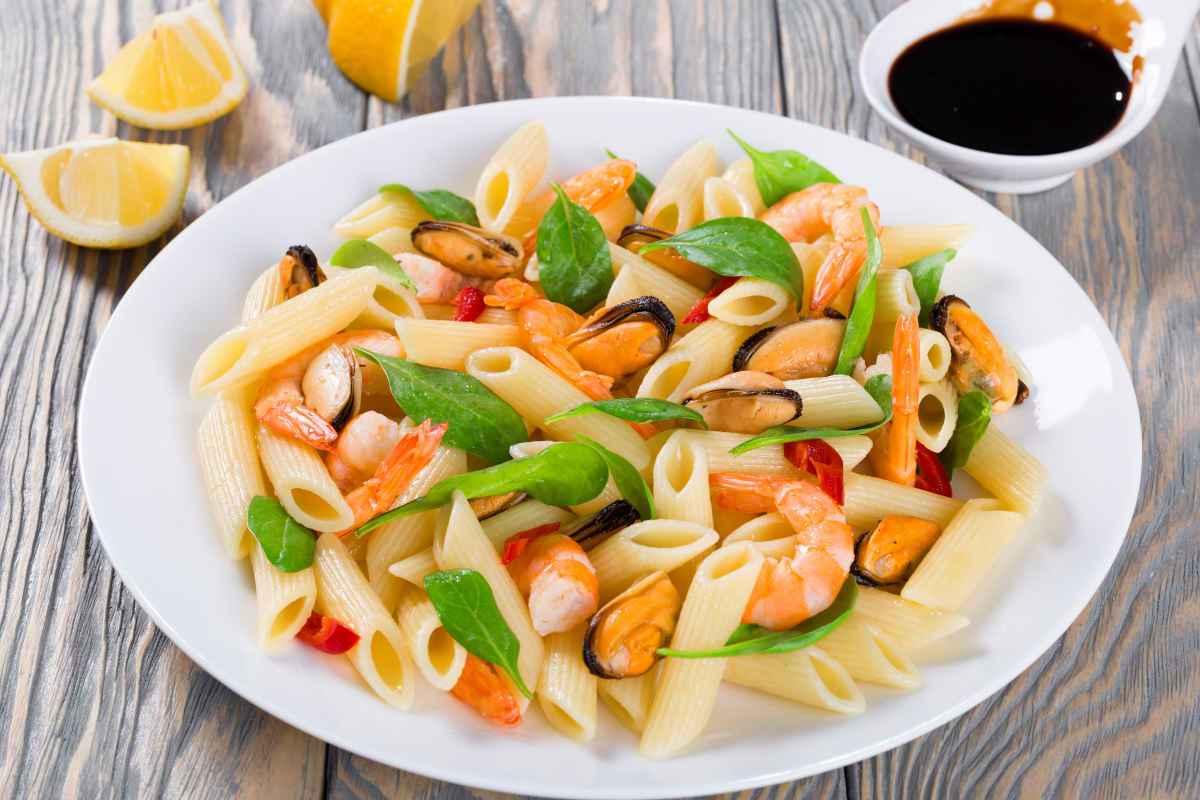 insalata di pasta fredda ai frutti di mare