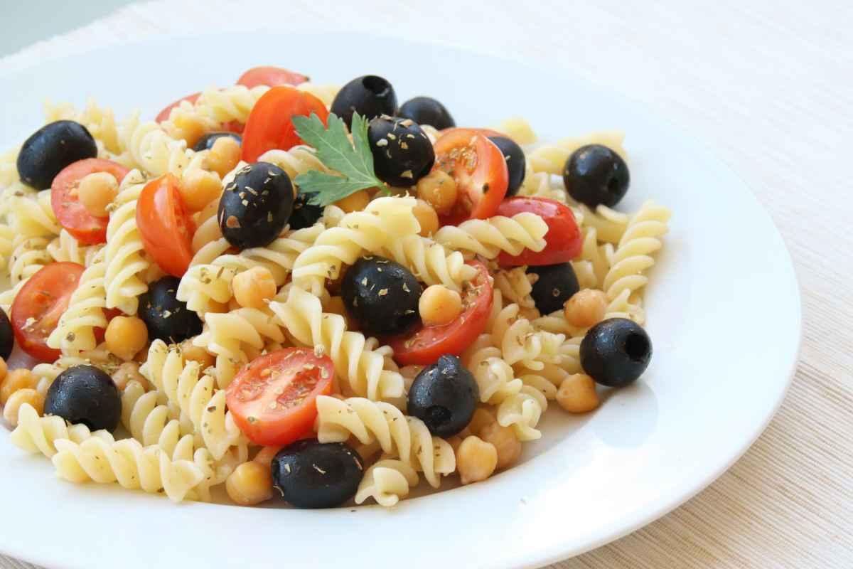 Pasta fredda con ceci, pomodorini e olive