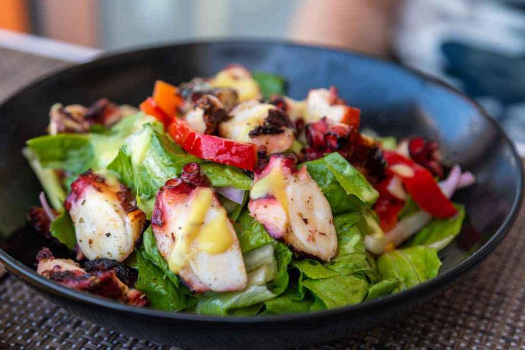 porzioine di insalata di polpo e verdure