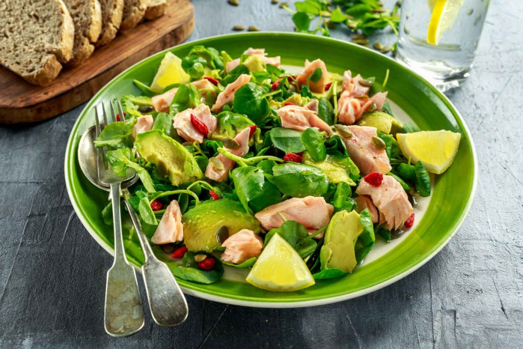 insalata salmone avocado in piatto verde