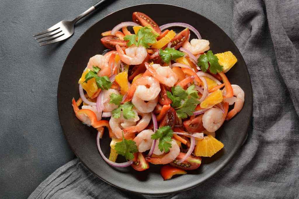 insalate sfiziose con il pesce: piatto di insalata mista con pompelmo e peperoni