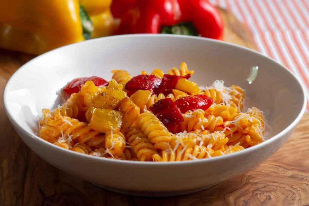 scodella con pasta e peperoni gialli e rossi