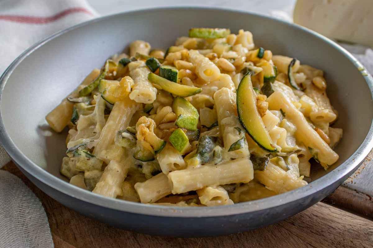 porzione di pasta fredda con zucchine e ricotta