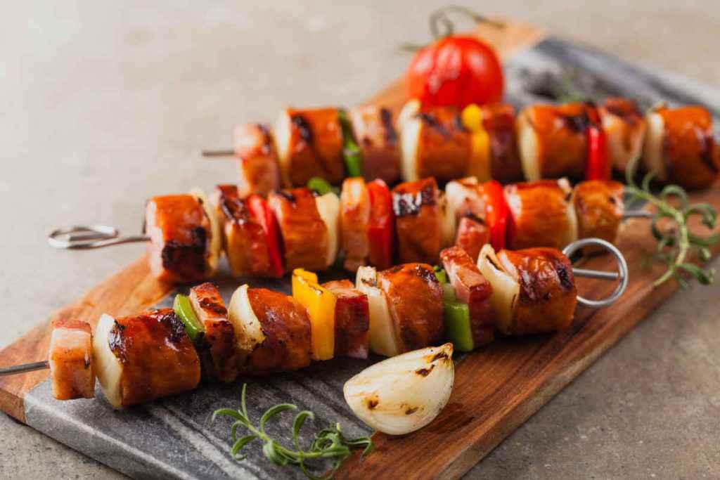 spiedini di salsiccia e peperoni, secondi piatti estivi