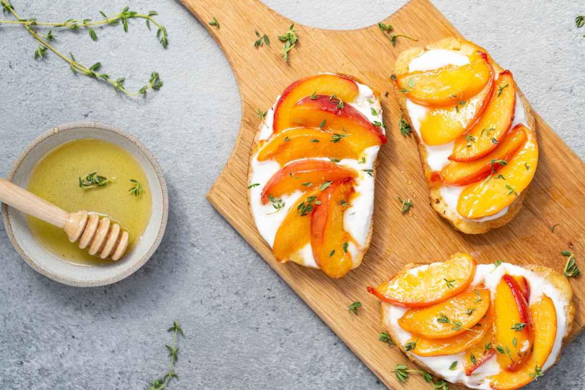 crostini con pesche e formaggio per antipasti con la frutta