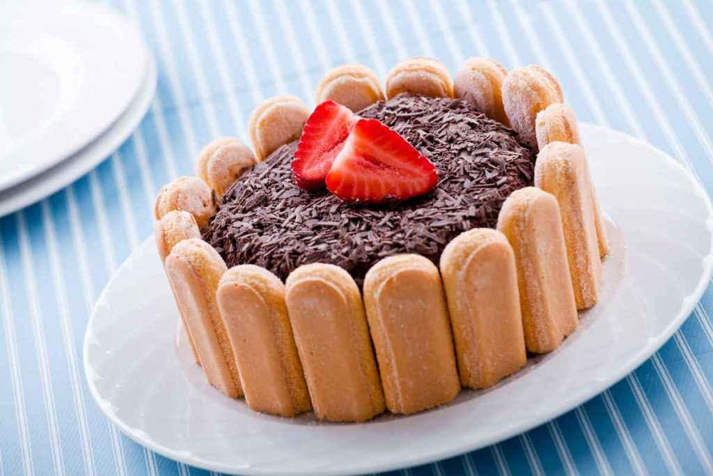 torta fredda al cioccolato con savoiardi, tipo charlotte