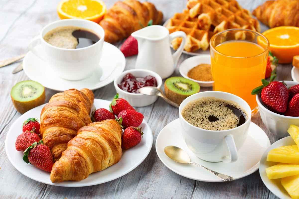 ricca colazione come in hotel con cibi e bevande tipici