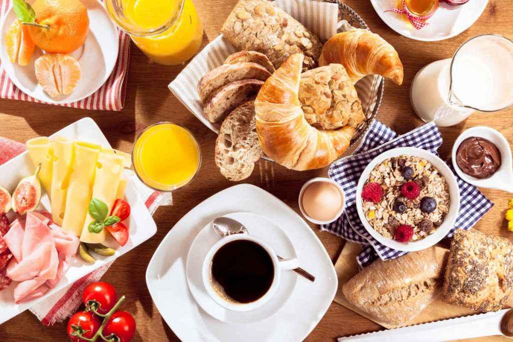 tavola imbandita con cibi per la colazione continentale