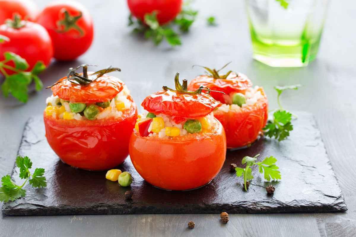 pomodori ripieni con riso piselli e mais