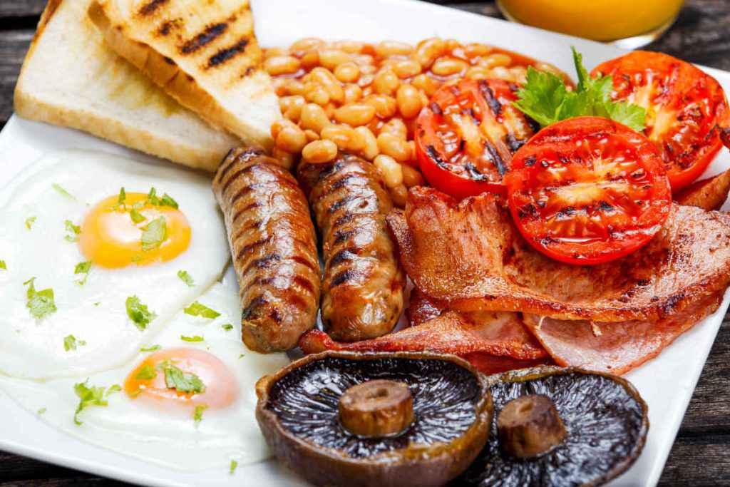 piatto con cibi per colazione all'inglese