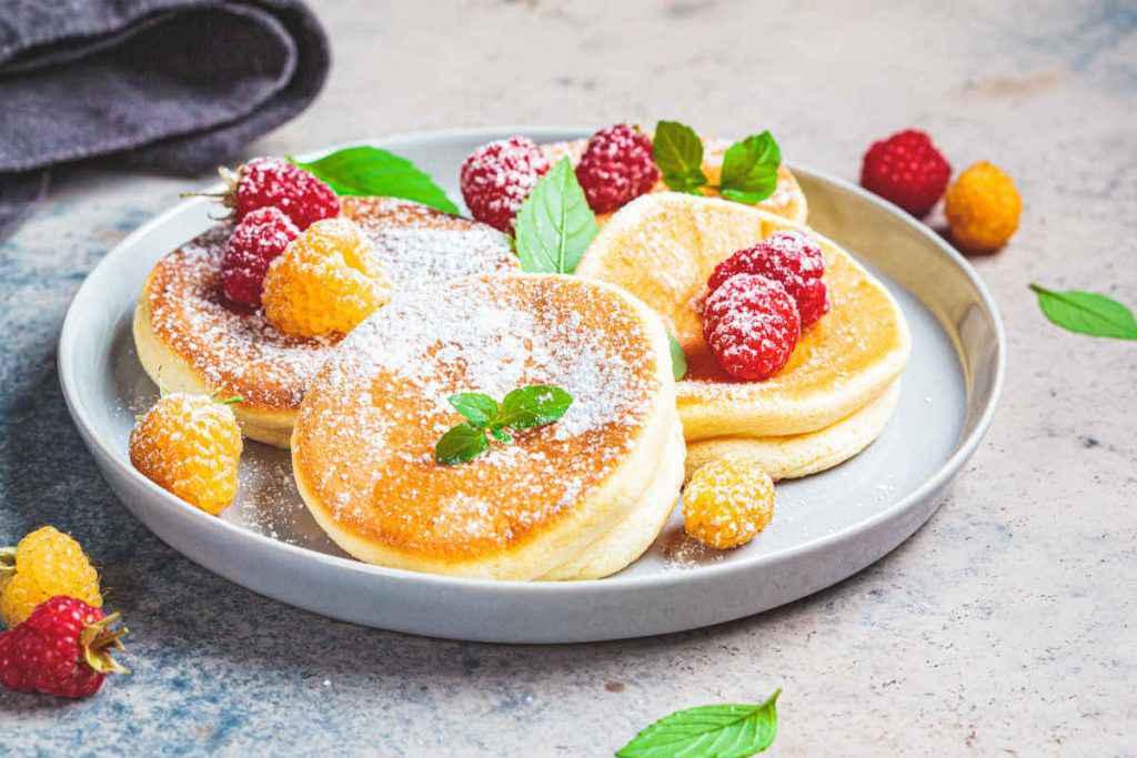 fluffy pancake giapponese con lamponi e zucchero a velo