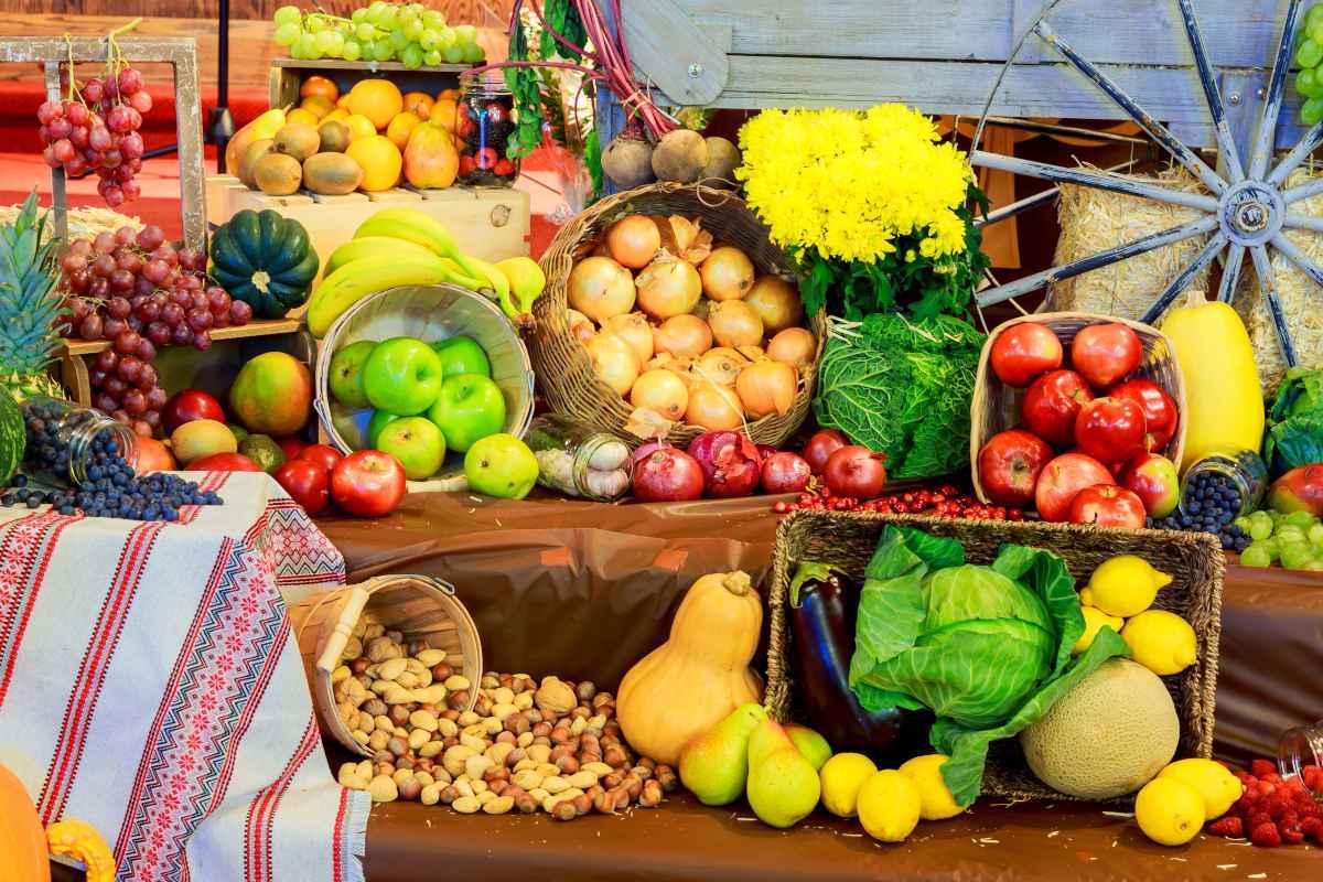 cesti assortiti con tanti tipi di frutta e verdure di stagione a settembre
