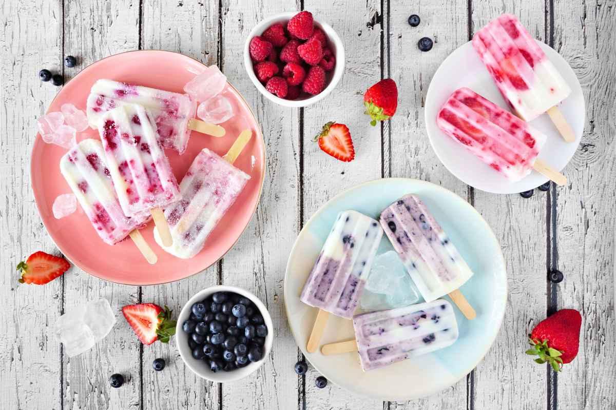 diversi tipi di ghiaccioli allo yogurt con frutta fresca