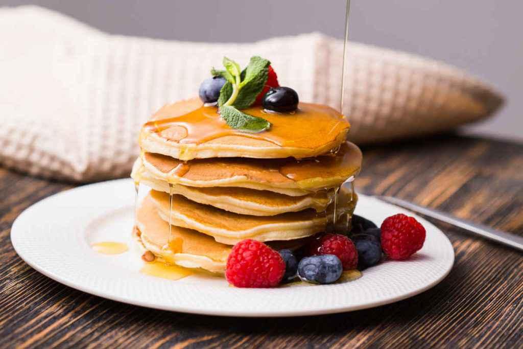 torre di pancake in bottiglia con frutti di bosco