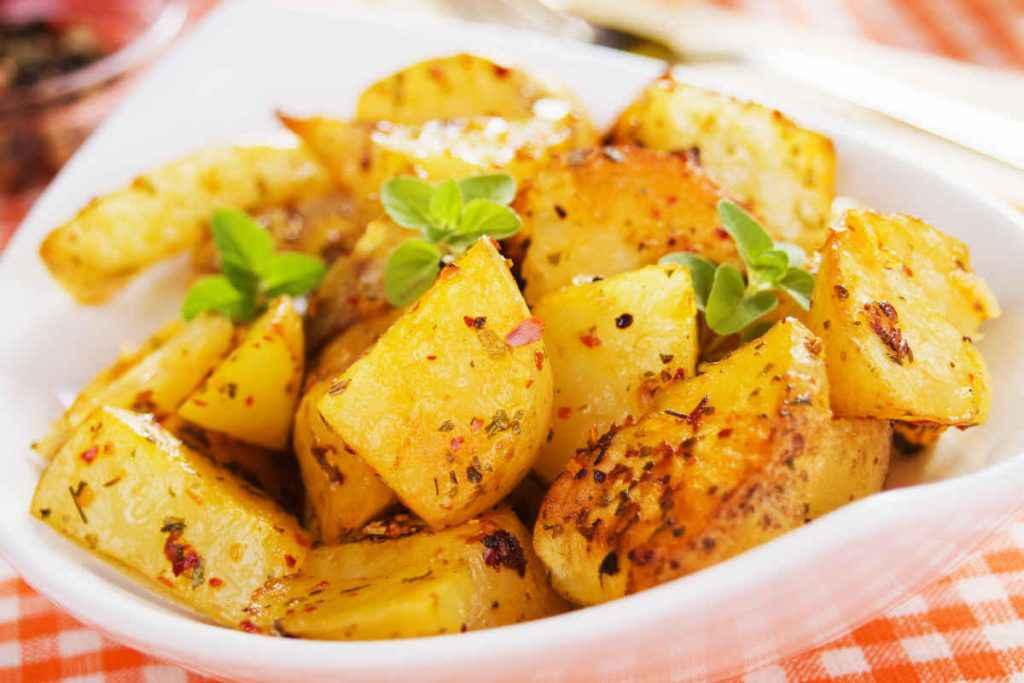 piatto con patate al forno con acciughe