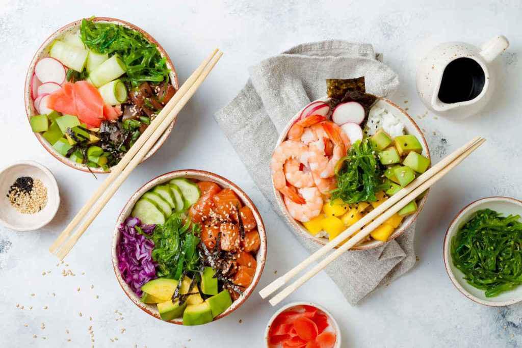 tre ciotole con differenti ricette di poke bowl
