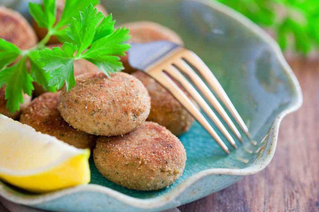 piatto con polpette di pesce misto e fetta di limone