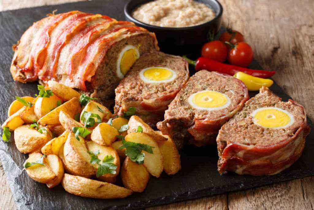 polpettone ripieno con uovo sodo e contorno di patate