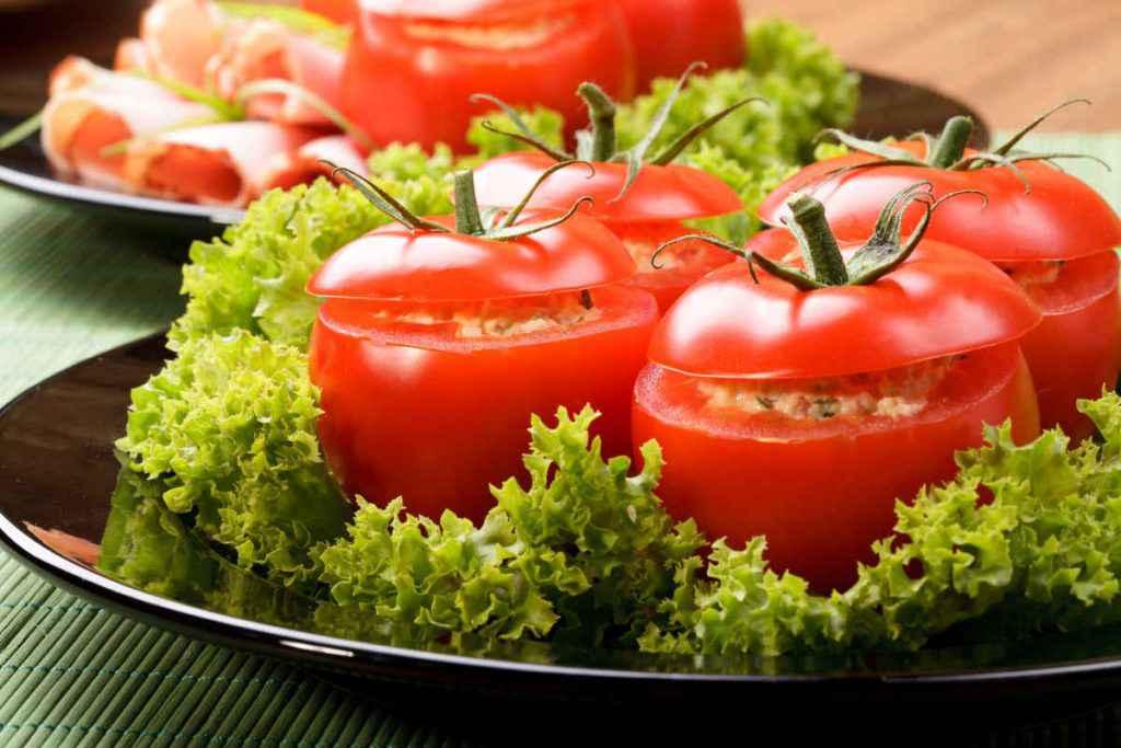 vassoio con pomodori freddi ripieni di verdure