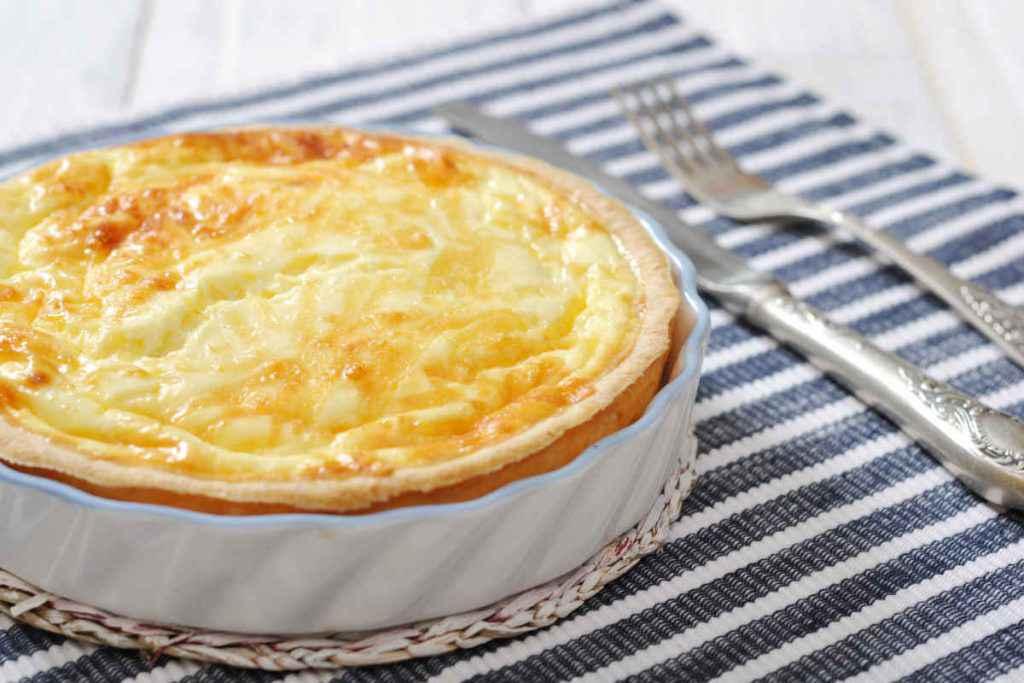 quiche al formaggio in pirofila bianca per secondi piatti vegetariani