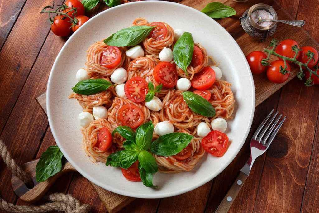 spaghetti con pomodoro e mozzarella