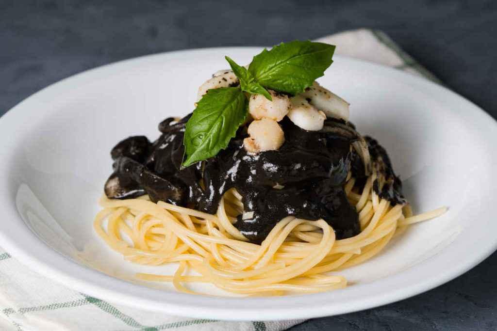 pasta con sugo al nero di seppia